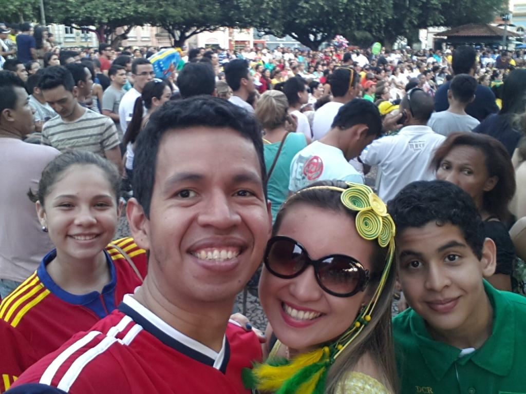 Na praça São Sebastião - em frente ao Teatro Amazonas. Ponto para assistir aos jogos.